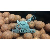 MIKBAITS - Klíčenka nápis MIKBAITS s kapříkem